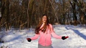 女孩向体育求助在冬天公园 股票录像