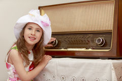 女孩听到收音机 免版税库存照片