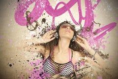 女孩听到流行音乐 免版税库存图片