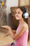 女孩听到音乐 库存照片