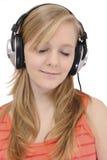 女孩听的音乐少年 免版税库存图片