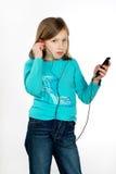 女孩听的音乐年轻人 库存照片