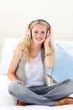 女孩听的音乐微笑少年 免版税库存照片