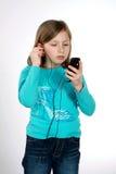 女孩听的音乐年轻人 免版税库存照片