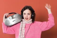 女孩听的音乐 免版税图库摄影