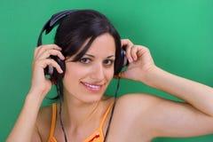 女孩听的音乐 库存照片