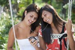 女孩听的音乐 库存图片