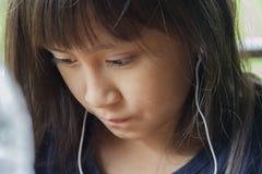 女孩听着 免版税库存照片