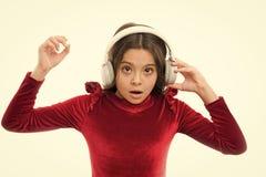 女孩听音乐无线耳机 网上音乐渠道 女孩小孩用途音乐现代耳机 库存照片