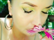 女孩吸入花芬芳  免版税库存图片