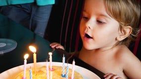女孩吹灭在生日蛋糕的蜡烛 股票视频