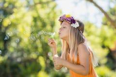 女孩吹的泡影通过泡影鞭子 库存图片