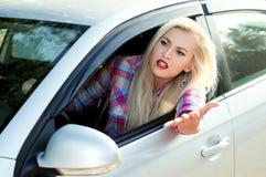 女孩呼喊,当驾驶时 免版税图库摄影