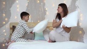 女孩和一个小男孩获得击中的乐趣与桨坐床 股票视频