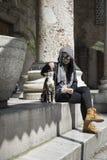 女孩和一只小猫在街道 图库摄影