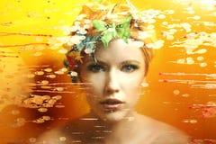 女孩和一只美丽的蝴蝶在黄色 免版税库存图片