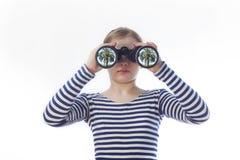 女孩和一台双筒望远镜 免版税库存照片