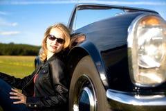 女孩和一辆经典汽车 免版税图库摄影