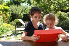 女孩和个人计算机片剂 库存照片