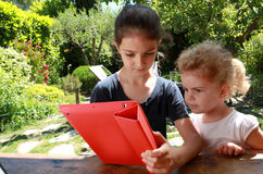女孩和个人计算机片剂 免版税库存照片