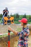 女孩和人做一个大地测量区域 考古发现座标是坚定的 库存图片
