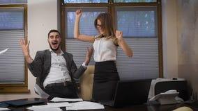 女孩和人在办公室 交易通过互联网,兴高采烈的成功的完成和 股票录像