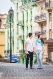女孩和人在欧洲城市街道上  免版税库存图片