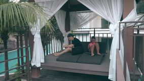 女孩和人在舒适大阳台的用途小配件在异乎寻常的手段 影视素材