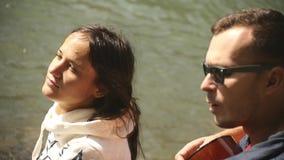 女孩和人基于河岸,唱歌曲到吉他 股票视频
