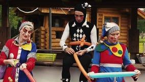 女孩和人小丑衣服的,被绘的面孔由气球做图 fest 股票视频