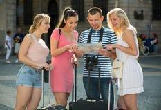 女孩和人探索的地图 免版税库存照片