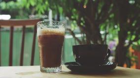 女孩和人采取拿铁和被冰的咖啡 免版税库存照片