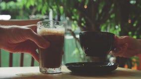 女孩和人采取拿铁和被冰的咖啡 免版税图库摄影