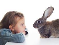 女孩和兔宝宝 图库摄影