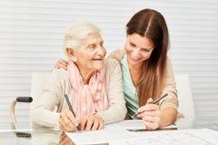 女孩和前辈一起解决难题 库存图片