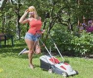 女孩和割草机 免版税库存图片