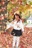 女孩和叶子 免版税库存图片