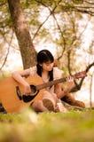 女孩和吉他 免版税库存图片