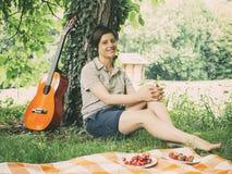 女孩和吉他在葡萄酒颜色 免版税库存图片
