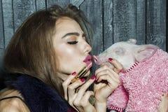 女孩和唇膏 免版税库存图片