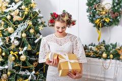 女孩和圣诞节礼物 新年度 免版税库存图片