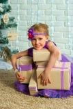 女孩和圣诞节礼物 免版税库存图片
