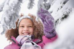 女孩和多雪的分支 库存图片