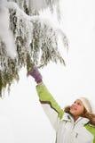 女孩和多雪的分支 库存照片