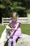 女孩和她心爱的山羊 免版税图库摄影
