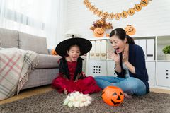 女孩和她的母亲震惊看许多糖果 库存图片