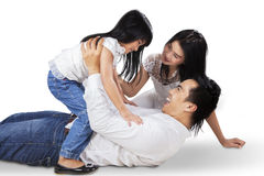 女孩和她的父母在演播室 免版税库存图片