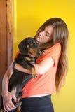 女孩和她的狗 免版税图库摄影