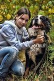 女孩和她的狗 免版税库存照片