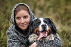 女孩和她的狗 图库摄影